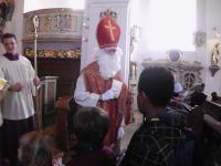 Der Nikolaus verteilt die Saeckchen