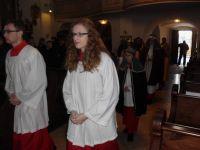 Der liturgische Dienst zieht durch das Hauptportal ein