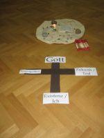 Das Kreuz wird waehrend der Stunde aufgelegt mit den Grenzen unseres Lebens
