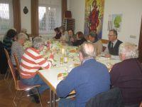 Die Gemeinschaft isst an einer oesterlich geschmueckten Festtafel
